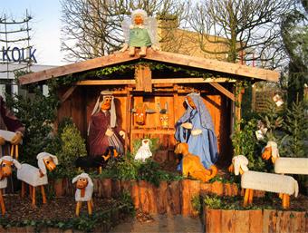 Kerststal opbouwen op het Dorpsplein